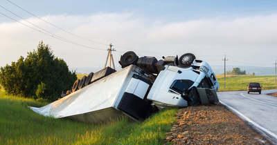 Brutális: métereket repült a szántóföldre a kisteherautó, az oldalán állt meg (videó)