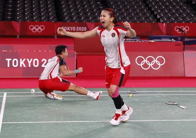 Elképesztő jelenet: játék közben cserélt ütőt a friss olimpiai bajnok tollaslabdázó - videó