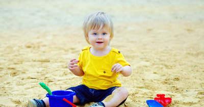 Figyelmeztet a gyermekgyógyász: a ruha alatt is leéghetnek a kicsik