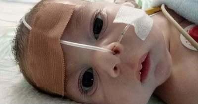 Megrázó: a súlyos szívbeteg 4 és fél hónapos Áronkát négy kistestvére várja haza, segítségre van szükségük