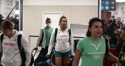 Hatalmas öröm és könnyek: így köszöntötték az olimpiáról hazatérő magyar úszókat a rajongók – Fotók!
