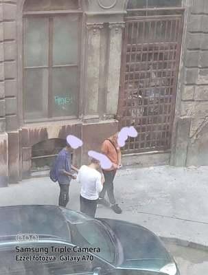 Döbbenetes fotó: fényes nappal adják-veszik a drogot a nyóckerben