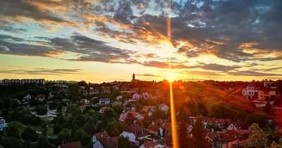 Káprázatos fotókon a hajnali égbolt Veszprém felett