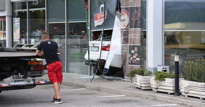 Benzinkútba csapódott egy BMW a fővárosban: megdöbbentő képek érkeztek