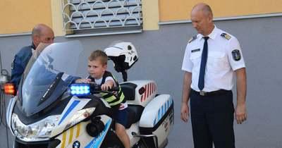 A négyéves Olivér nagy vágyát teljesítették a nógrádi rendőrök