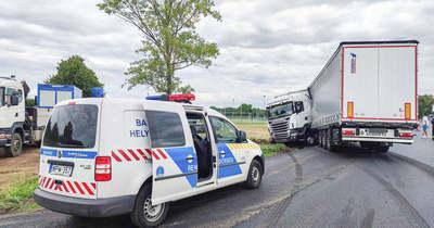 Kamion balesete miatt teljesen le kellett zárni az utat Söpte felé – fotók, videó