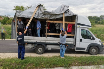 Két embercsempész teherautóban szállított 22 illegális migránst – a rendőrök elfogták őket