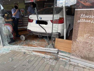 BMW-vel rongyolt be a benzinkút shopjába a magyar nő –döbbenetes fotók