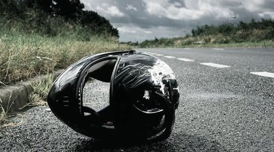 Holtan, arccal a földre esett a motoros a kereszteződésben: váratlan segítők élesztettékújra az utcán