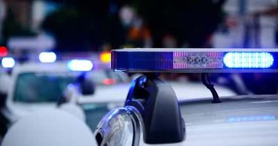 Szalagkorlátnak ütközött, és a tetejére borult egy autó az M85-ösön Nagycenknél