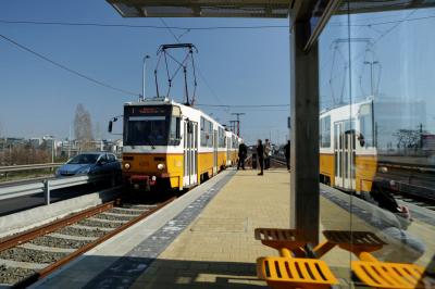 Nem elég a hatalmas dugó a fővárosi utakon, az 1-es villamos vonalán is káosz van