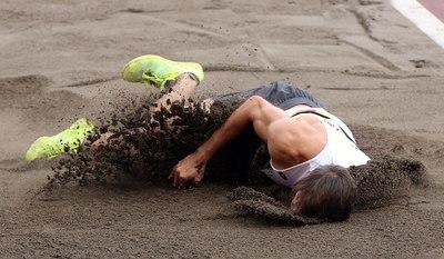 Ijesztő sérülés: fejjel repült a homokba a belga olimpikon, kerekesszékben szállították el - videó
