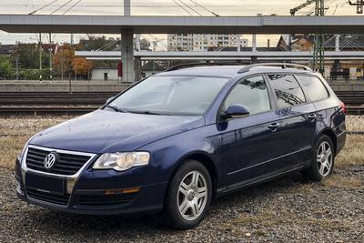 Továbbra is özönlenek a használt autók Magyarországra