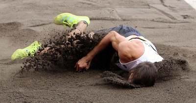 Ezt nézni is rossz! Brutális sérülés az olimpián, fejjel előre repült a homokba a tízpróbázó – Videó!