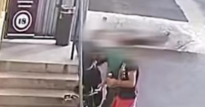 Rosszul járt a dohánybolt előtt haragosát lefejelő férfi – videó a durva verekedésről