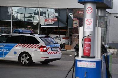 Családi tragédia miatt alkoholizálhatott a nő, aki egy benzinkút kávézójába hajtott