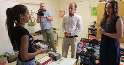 Rászoruló pécsi diákoknak adtak át tableteket