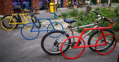 Hány biciklit lát a képen?
