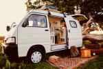 Izgalmas otthon négy keréken: apró furgonból mini lakókocsi